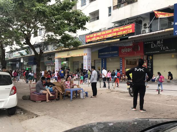 Hà Nội: Cháy lớn tại chung cư HH Linh Đàm, hàng nghìn người hoảng sợ tháo chạy vào sáng sớm - Ảnh 13.