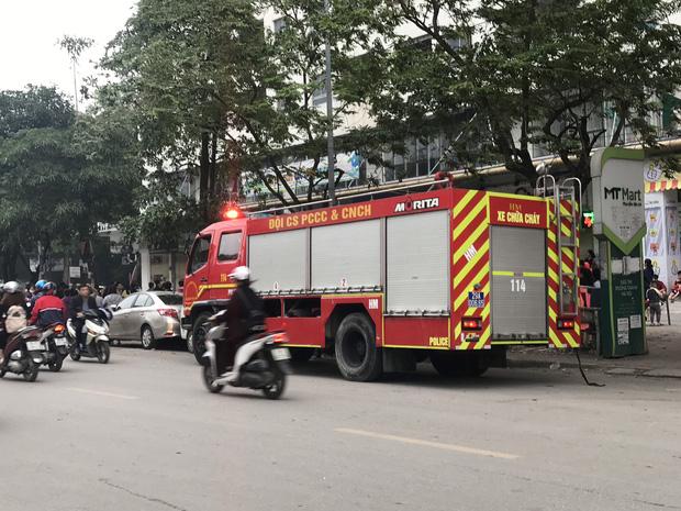 Hà Nội: Cháy lớn tại chung cư HH Linh Đàm, hàng nghìn người hoảng sợ tháo chạy vào sáng sớm - Ảnh 3.