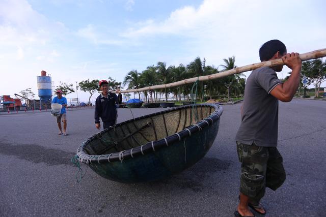 [Ảnh] Xe cẩu tải chở thuyền đến nơi an toàn, công an, bộ đội giúp người Đà Nẵng chằng chống nhà cửa đón bão số 9  - Ảnh 3.