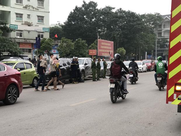Hà Nội: Cháy lớn tại chung cư HH Linh Đàm, hàng nghìn người hoảng sợ tháo chạy vào sáng sớm - Ảnh 4.