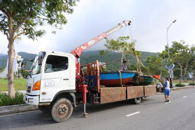 [Ảnh] Xe cẩu tải chở thuyền đến nơi an toàn, công an, bộ đội giúp người Đà Nẵng chằng chống nhà cửa đón bão số 9  - Ảnh 4.