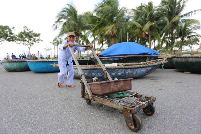 [Ảnh] Xe cẩu tải chở thuyền đến nơi an toàn, công an, bộ đội giúp người Đà Nẵng chằng chống nhà cửa đón bão số 9  - Ảnh 5.