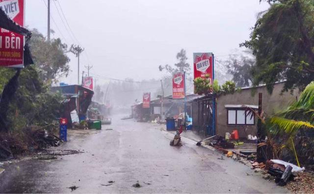 Đường phố Quảng Ngãi xơ xác, nhà dân tốc mái trước khi bão số 9 đổ bộ - Ảnh 2.