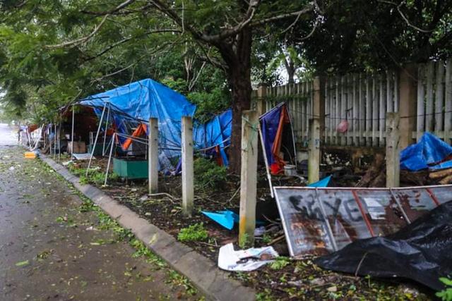 Đường phố Quảng Ngãi xơ xác, nhà dân tốc mái trước khi bão số 9 đổ bộ - Ảnh 4.