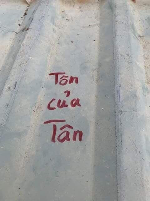 Bão số 9: Thương lắm, người dân miền Trung cẩn thận ghi tên lên từng tấm mái tôn để lỡ có bị gió thổi bay vẫn tìm lại được - Ảnh 5.