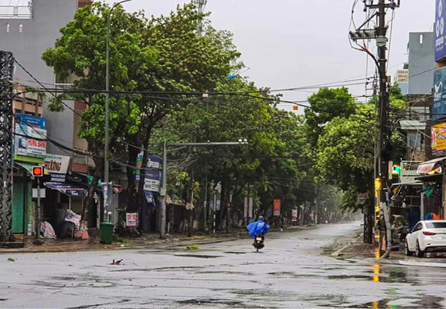 Đường phố Quảng Ngãi xơ xác, nhà dân tốc mái trước khi bão số 9 đổ bộ - Ảnh 7.
