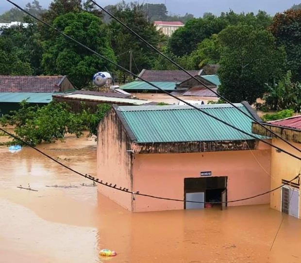 Nhiều nơi ở Kon Tum chìm trong biển nước, quốc lộ bị nứt toác, sạt lở khiến giao thông tê liệt - Ảnh 2.