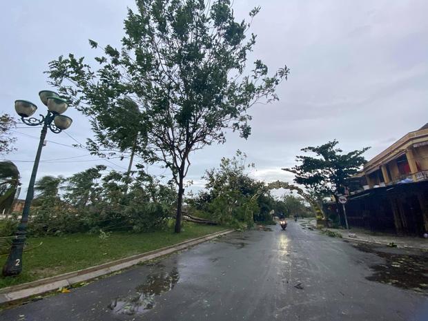Khung cảnh Hội An xơ xác sau cơn bão số 9, một biểu tượng du lịch bị vùi dập khiến du khách quặn lòng - Ảnh 1.