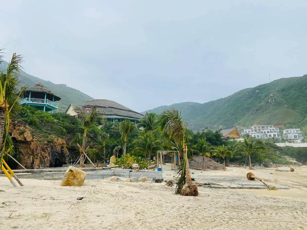 Bãi biển Quy Nhơn 1 ngày sau bão số 9: Khung cảnh tan hoang, các công trình du lịch bị phá huỷ gần như toàn bộ - Ảnh 4.