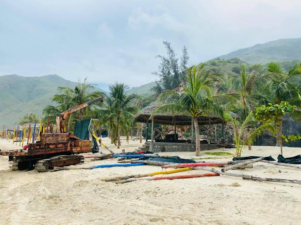 Bãi biển Quy Nhơn 1 ngày sau bão số 9: Khung cảnh tan hoang, các công trình du lịch bị phá huỷ gần như toàn bộ - Ảnh 5.