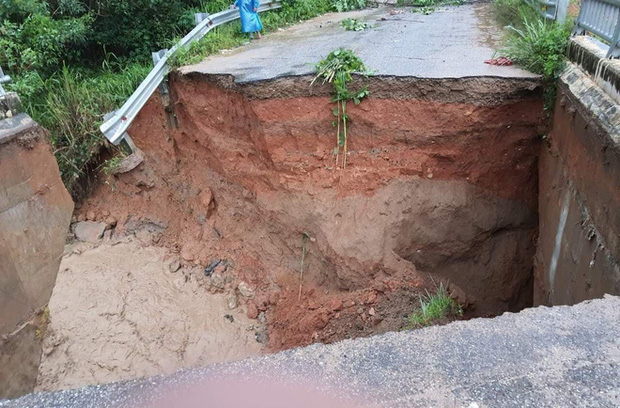 Nhiều nơi ở Kon Tum chìm trong biển nước, quốc lộ bị nứt toác, sạt lở khiến giao thông tê liệt - Ảnh 7.