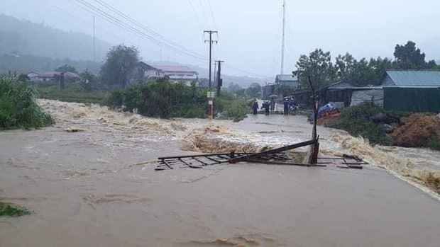 Nhiều nơi ở Kon Tum chìm trong biển nước, quốc lộ bị nứt toác, sạt lở khiến giao thông tê liệt - Ảnh 8.