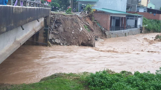 Nhiều nơi ở Kon Tum chìm trong biển nước, quốc lộ bị nứt toác, sạt lở khiến giao thông tê liệt - Ảnh 9.