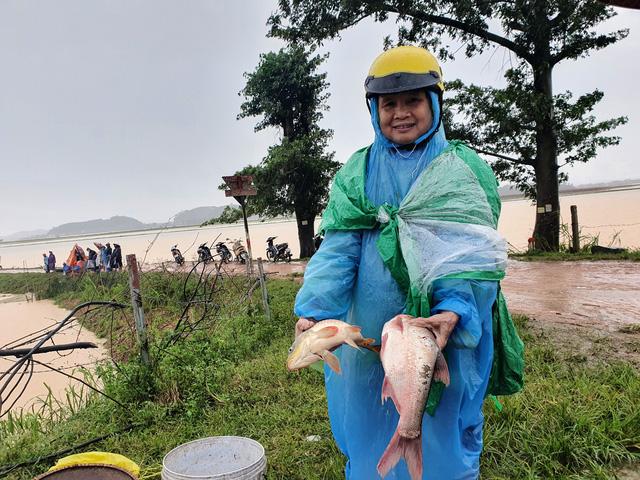 [Ảnh] Cận cảnh điểm sạt lở kinh hoàng chia cắt Quốc lộ 46, dân liều mình đứng giữa dòng lũ bắt cá ở Nghệ An - Ảnh 12.