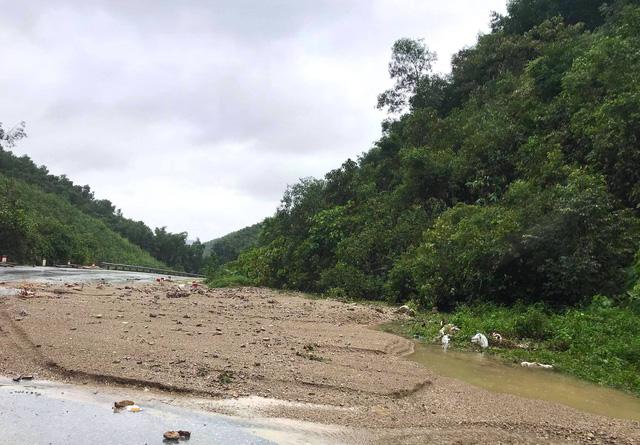 [Ảnh] Cận cảnh điểm sạt lở kinh hoàng chia cắt Quốc lộ 46, dân liều mình đứng giữa dòng lũ bắt cá ở Nghệ An - Ảnh 6.