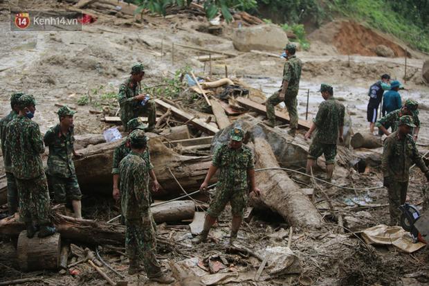 Ông lão lục tìm tấm ảnh gia đình tại hiện trường vụ lở núi ở Trà Leng: Cả nhà 8 người, con cháu của tôi chết hết rồi... - Ảnh 1.
