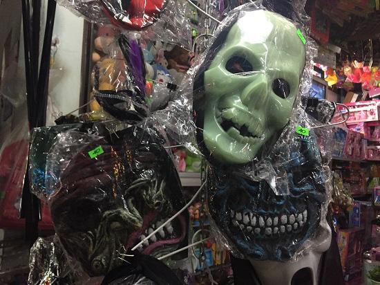 """Thị trường Halloween: """"Ma cũ"""", giá mới - Ảnh 1."""
