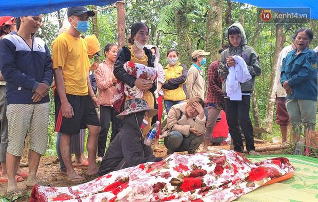 Ông lão lục tìm tấm ảnh gia đình tại hiện trường vụ lở núi ở Trà Leng: Cả nhà 8 người, con cháu của tôi chết hết rồi... - Ảnh 4.