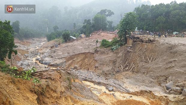 Ông lão lục tìm tấm ảnh gia đình tại hiện trường vụ lở núi ở Trà Leng: Cả nhà 8 người, con cháu của tôi chết hết rồi... - Ảnh 7.