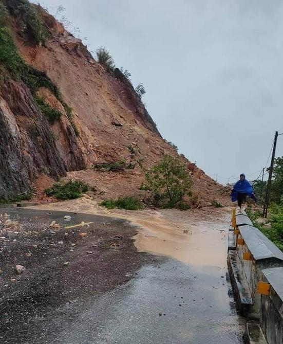 Kinh hãi hàng nghìn khối đất đổ ập xuống quốc lộ ở Nghệ An - Ảnh 7.