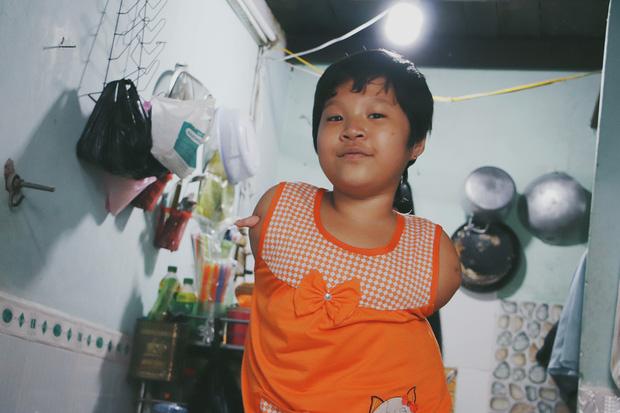 Nghẹn lòng trước câu nói của cô bé chim cánh cụt ở Sài Gòn: Bố mẹ không có thương con, giờ con chỉ có bà nội thôi... - Ảnh 8.