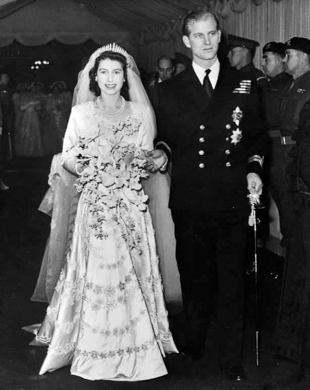 Chiếc nhẫn cưới đặc biệt của Nữ hoàng Anh ẩn chứa thông điệp bí ẩn chỉ 3 người biết - Ảnh 1.