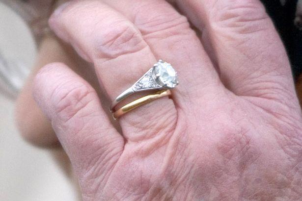 Chiếc nhẫn cưới đặc biệt của Nữ hoàng Anh ẩn chứa thông điệp bí ẩn chỉ 3 người biết - Ảnh 2.