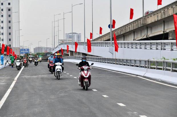 Chùm ảnh: Khánh thành cầu vượt thấp qua hồ Linh Đàm - Ảnh 5.