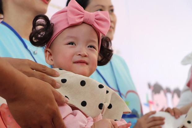 Gần 3 tháng sau ca phẫu thuật tách rời, cặp song sinh Trúc Nhi - Diệu Nhi được xuất viện, xuất hiện cực rạng rỡ và dễ thương - Ảnh 3.