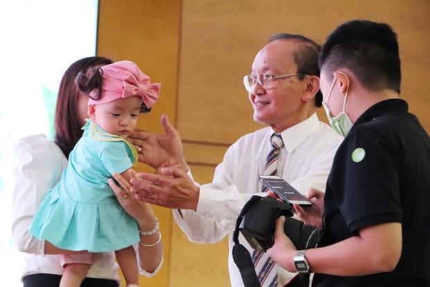 Gần 3 tháng sau ca phẫu thuật tách rời, cặp song sinh Trúc Nhi - Diệu Nhi được xuất viện, xuất hiện cực rạng rỡ và dễ thương - Ảnh 28.