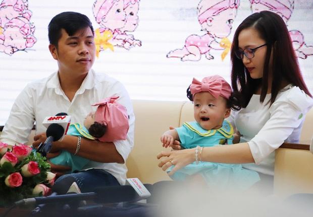Gần 3 tháng sau ca phẫu thuật tách rời, cặp song sinh Trúc Nhi - Diệu Nhi được xuất viện, xuất hiện cực rạng rỡ và dễ thương - Ảnh 29.