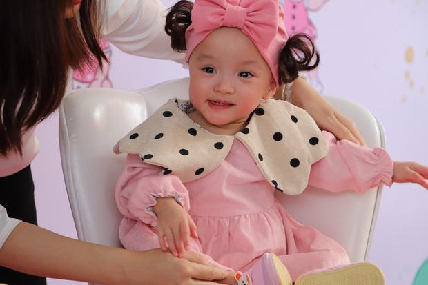 Gần 3 tháng sau ca phẫu thuật tách rời, cặp song sinh Trúc Nhi - Diệu Nhi được xuất viện, xuất hiện cực rạng rỡ và dễ thương - Ảnh 4.