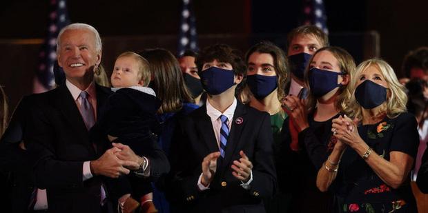 """Bằng tuổi """"Hoàng tử Nhà Trắng"""" Barron Trump, cháu trai của ông Joe Biden cũng gây chú ý nhờ vẻ ngoài anh tuấn cùng chiều cao khủng - Ảnh 1."""
