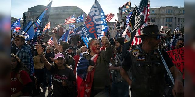 Hàng chục nghìn người biểu tình đổ về Washington, D.C., hô hào thêm 4 năm cho Tổng thống Trump - Ảnh 2.