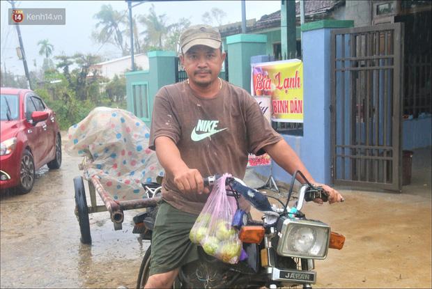Ấm lòng sau cơn bão: Những người sửa mái tôn, chạy nước miễn phí cho bà con miền Trung - Ảnh 4.