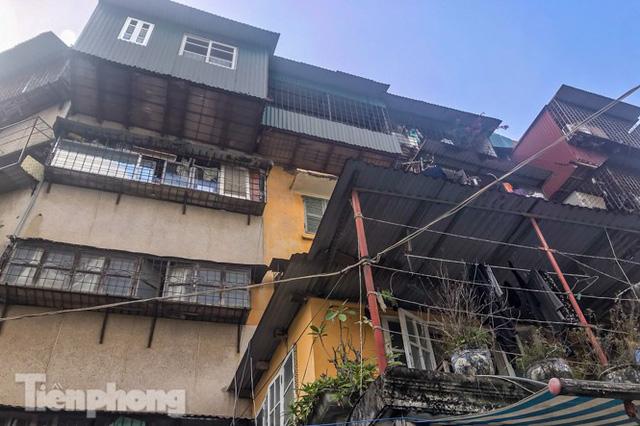 Cận cảnh các chung cư trước nguy cơ đổ sập bất cứ lúc nào ở Hà Nội  - Ảnh 24.