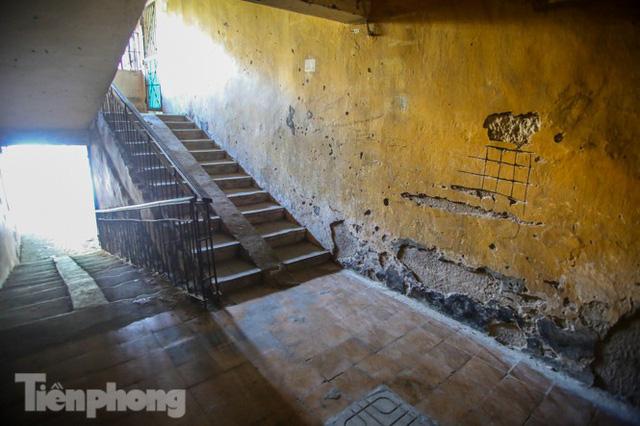 Cận cảnh các chung cư trước nguy cơ đổ sập bất cứ lúc nào ở Hà Nội  - Ảnh 5.