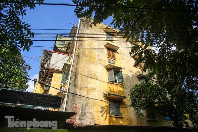 Cận cảnh các chung cư trước nguy cơ đổ sập bất cứ lúc nào ở Hà Nội  - Ảnh 10.