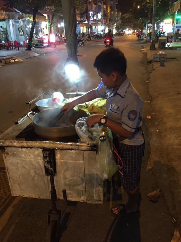 Cậu bé mặc áo đồng phục bán bắp luộc trên đường phố Sài Gòn đã được đi học 1 tuần - Ảnh 1.