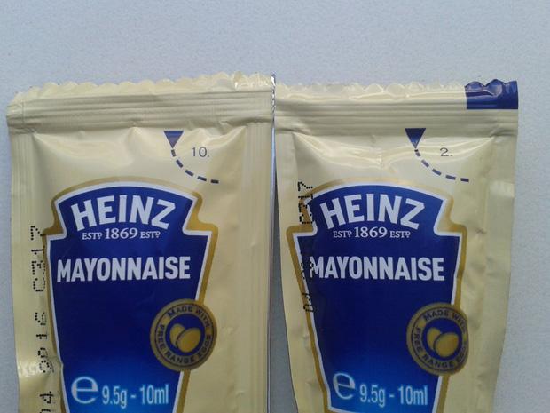 Con số bí mật trên các túi đựng tương cà nổi tiếng của Heinz và lời giải đáp khiến ai cũng phải ngỡ ngàng - Ảnh 1.