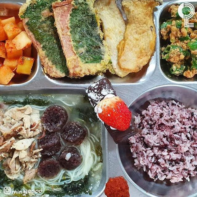 Một trường cấp 3 gây sốc vì thực đơn ăn trưa của học sinh: Có cả bào ngư và cua, sang chảnh không thua gì khách sạn 5 sao  - Ảnh 4.