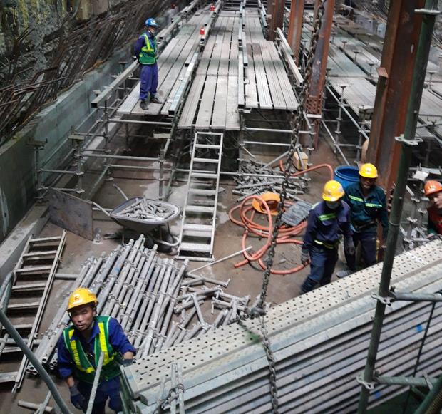 Cận cảnh 800 công nhân đang làm việc xuyên ngày đêm để sớm hoàn thành nhà ga ngầm lớn nhất tuyến metro Sài Gòn - Ảnh 14.