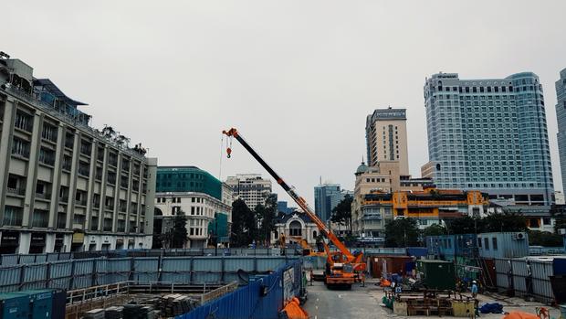 Cận cảnh 800 công nhân đang làm việc xuyên ngày đêm để sớm hoàn thành nhà ga ngầm lớn nhất tuyến metro Sài Gòn - Ảnh 19.