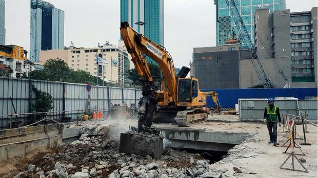 Cận cảnh 800 công nhân đang làm việc xuyên ngày đêm để sớm hoàn thành nhà ga ngầm lớn nhất tuyến metro Sài Gòn - Ảnh 20.
