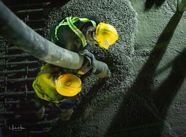 Cận cảnh 800 công nhân đang làm việc xuyên ngày đêm để sớm hoàn thành nhà ga ngầm lớn nhất tuyến metro Sài Gòn - Ảnh 9.