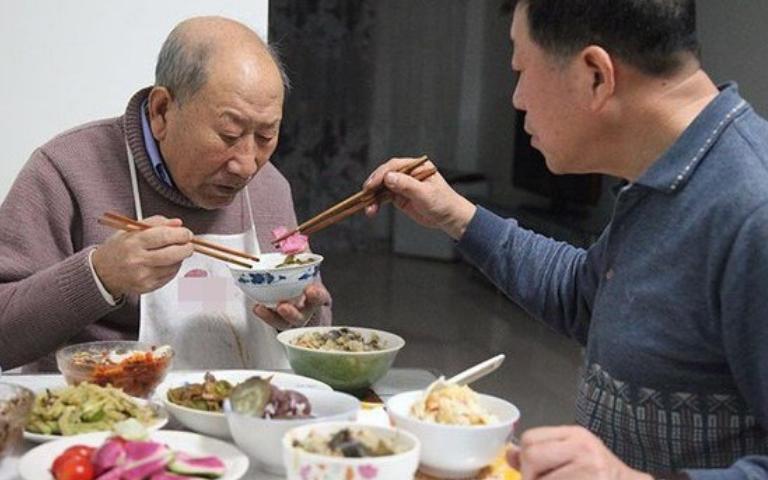Cụ ông 88 tuổi tặng nhà 10 tỉ cho chủ quầy hoa quả xa lạ: Bí ẩn nguyên nhân bất ngờ!