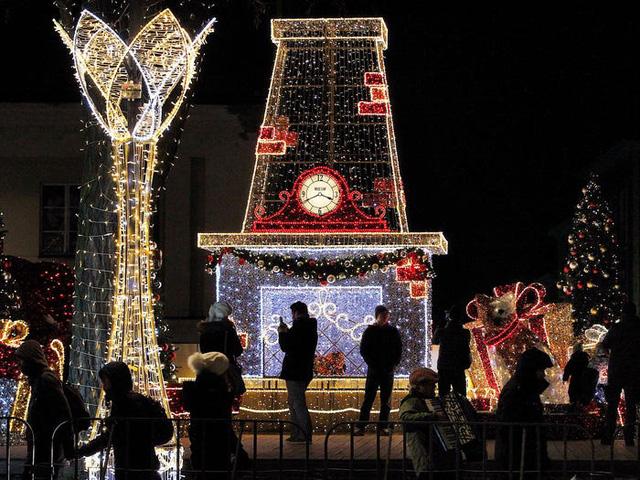 Người châu Âu thắt lưng buộc bụng mùa Noel - Ảnh 1.