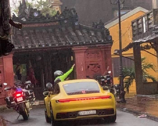 Truy tìm đoàn xe hạng sang ngang nhiên chạy vào khu phố đi bộ ở Hội An - Ảnh 1.