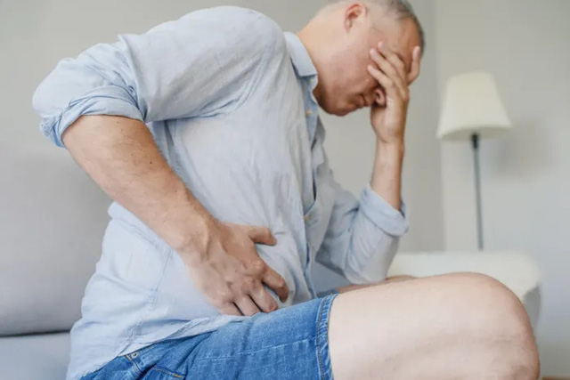Lời cảnh tỉnh của nữ y tá có cha qua đời vì bệnh xơ gan do rượu: Những triệu chứng đầu tiên xuất hiện ở nơi ít ai để ý  - Ảnh 3.