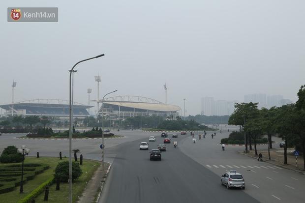 Hà Nội ô nhiễm không khí thuộc top đầu thế giới, chuyên gia khuyến cáo: Mọi người cần hạn chế ra ngoài, hạn chế mở cửa - Ảnh 1.